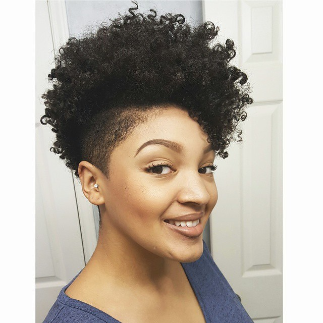Coupe courte afro naturel femme